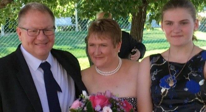 Lisa Dallow (c) acordou do coma e soube das mortes de Gavin, e Zoe