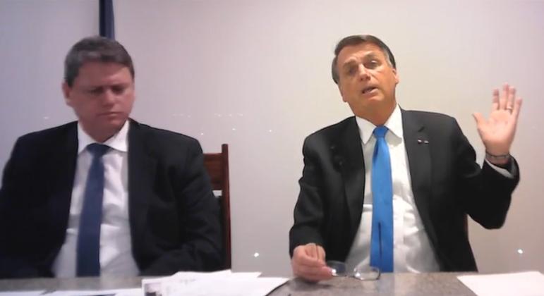 Bolsonaro fez a live acompanhado do ministro da Infraestrutura, Tarcísio Gomes de Freitas