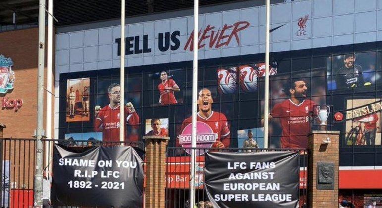 """""""Vergonha de você."""" Torcedores do Liverpool protestam pela participação na Superliga"""