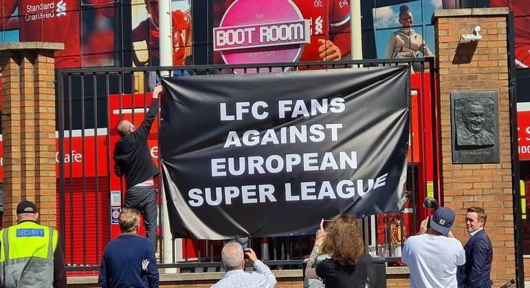 O protesto dos fãs no estádio do Liverpool