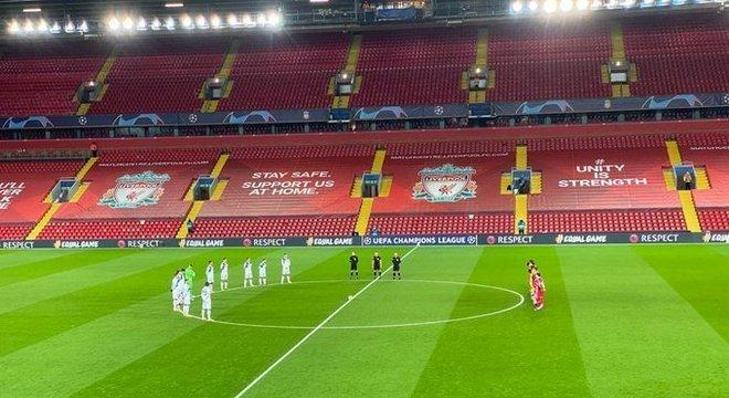 Liverpool 0 X 2 Atalanta, minuto de silêncio no estádio vazio