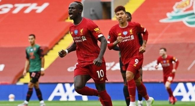Sadio Mané é observado por Firmino ao comemorar gol na vitória do Liverpool