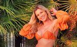 A apresentadora adora usar tops com mangas bufantes, como mostram suas fotos nas redes sociais. Ela acertou em cheio ao apostar no laranja, pois a cor é a grande queridinha do momento, parece até o novo preto