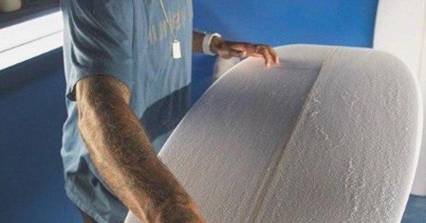O atleta do CT Filipe Toledo fabrica a sua primeira prancha de surf