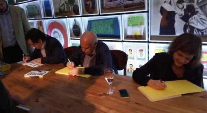 Antero Greco, Pepe e Silvia Herrera autografam exemplares do livro