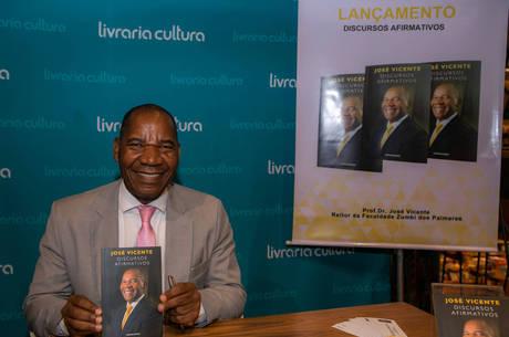 Professor José Vicente lançou livro nesta quarta (12)
