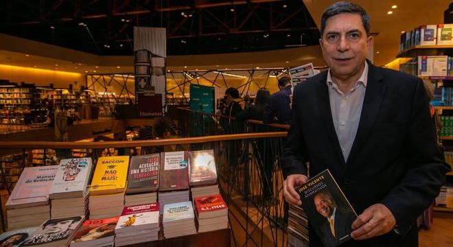 Presidente de conselho do Bradesco foi o primeiro a ter o livro autografado
