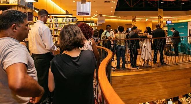 Pessoas formam fila por autógrafo de professor João Vicente