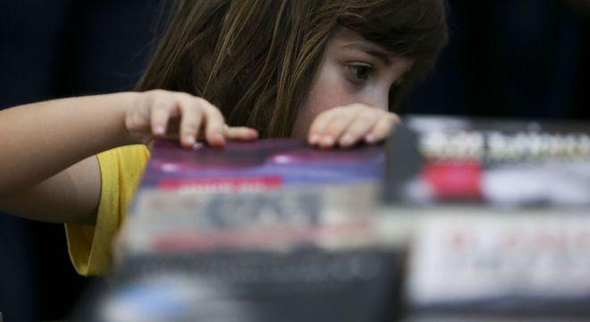 Desenvolver a linguagem, concentração e raciocínio são benefícios da leitura