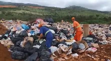 Funcionários reviraram 8 toneladas de lixo
