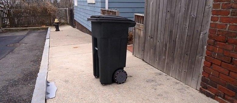 Lixeira robótica leva o próprio lixo para fora de casa