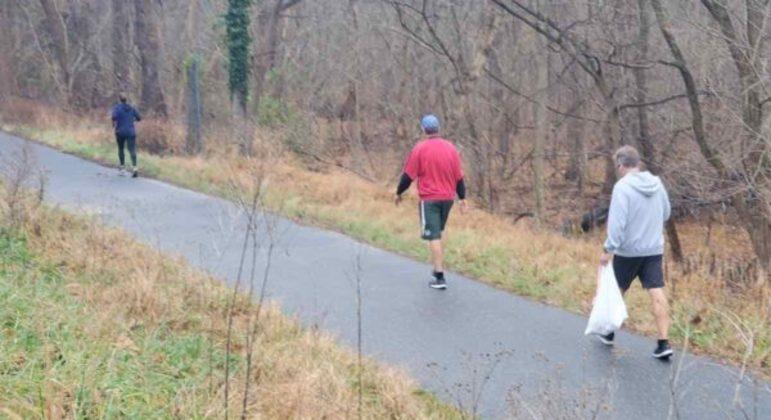 Homem faz suas caminhadas todas as manhãs e aproveita para recolher o lixo no caminho
