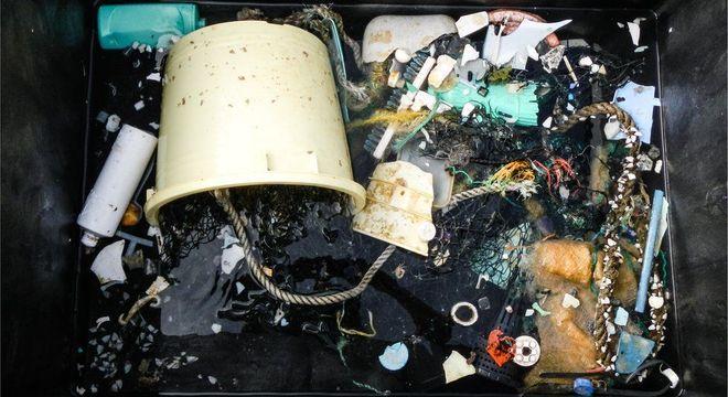 A cada ano, milhões de toneladas de lixo vão parar nos oceanos