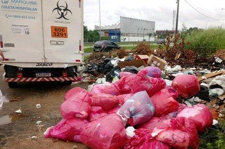 Entre os resíduos estavam luvas, máscaras e lençóis