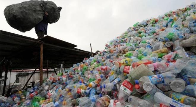 """Lixo plástico na China; para especialista, """"é preciso reduzir o consumo do que não é potencialmente reciclável e manter na cadeia de valor o que é"""""""