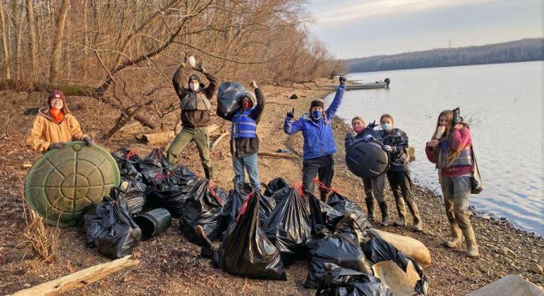 Voluntários retiram lixo de rio nos Estados Unidos
