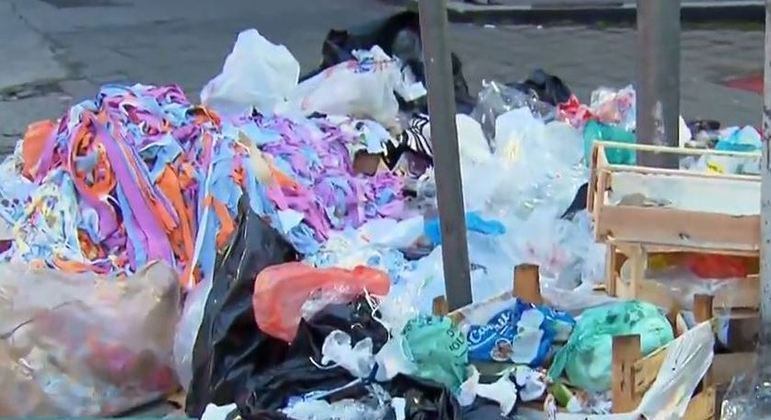 Ruas do Bom Retiro amanhacerem repletas de lixo após greve dos trabalhadores da limpeza