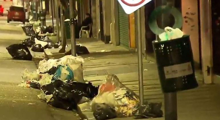 Com paralisação da coleta de lixo e varrição, ruas do centro de SP ficaram lotadas de resíduos