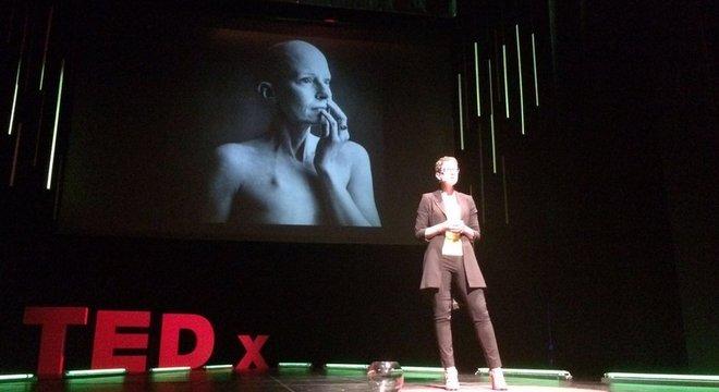 O'Riordan, fotografada aqui dando uma palestra em Stuttgart, na Alemanha, sobre atendimento a pacientes