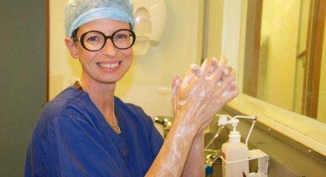 Liz O'Riordan teve de desistir de operar por causa de dores no ombro