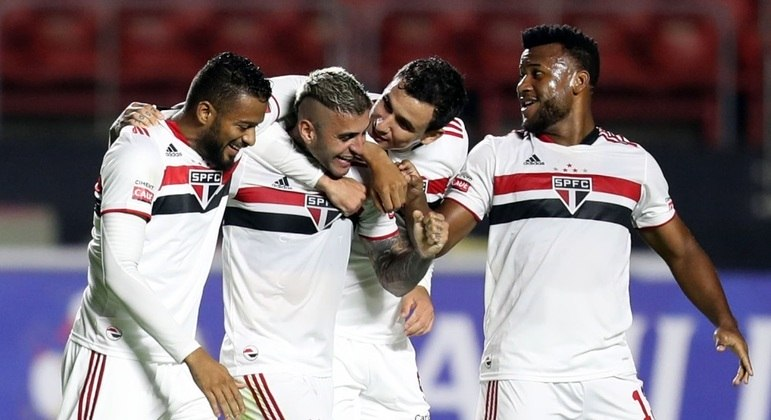 Jogadores do São Paulo comemoram gol contra a Ferroviária