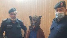Homem é preso por andar nas ruas vestido de lobisomem no ano novo