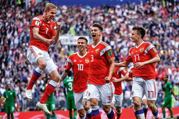 Na Rússia, a bola voltou a rolar após três meses de pausa no dia 21 de junho e, já na ocasião, a presença do público foi liberada, ainda que de apenas 10%. Na foto, a seleção russa na Copa de 2018