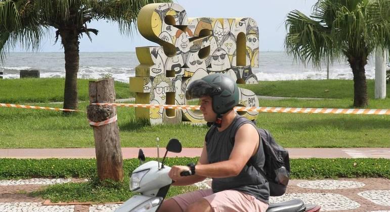 Apesar do aumento de casos de covid, pessoas circulam sem máscaras em Santos