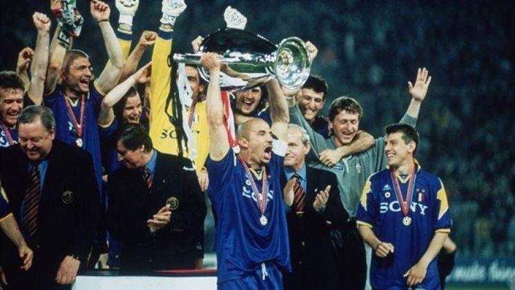 Logo depois dele, o mesmo aconteceu com o italiano Gianluca Vialli (levantando a taça), entre 98 e 2000 - faturou cinco taças, incluindo a Copa da Inglaterra e a Copa da Uefa - hoje Liga Europa.