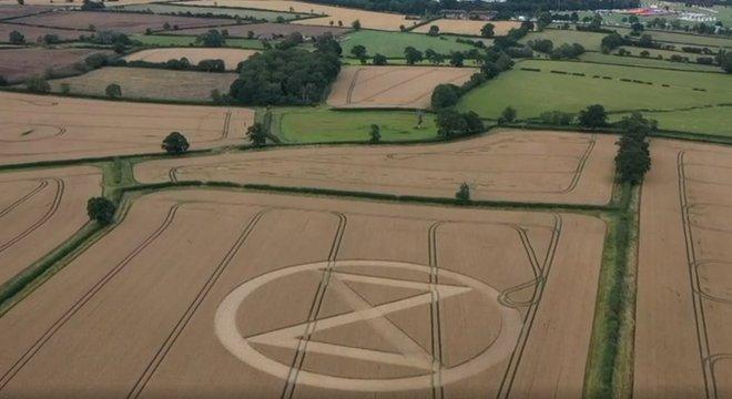 """Logo do Extinction Rebellion no Símbolo do Extinction Rebellion foi chamado pelo Guardian de """"novo símbolo da paz""""; na foto, o símbolo perto de onde um festival aconteceu, em Wiltshire, no Reino Unidode Wiltshire, no Reino Unido"""