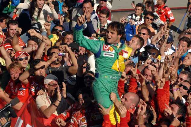Logo em seu primeiro ano na Ferrari, Massa venceu o GP do Brasil. O ano é 2006