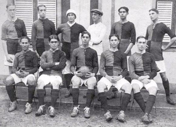 Logo em sua estreia no futebol, no ano de 1912, o Flamengo mostrou suas armas. O Rubro-Negro goleou por 16 a 2. O adversário, curiosamente, também foi o Mangueira, em jogo válido pelo Campeonato Carioca.