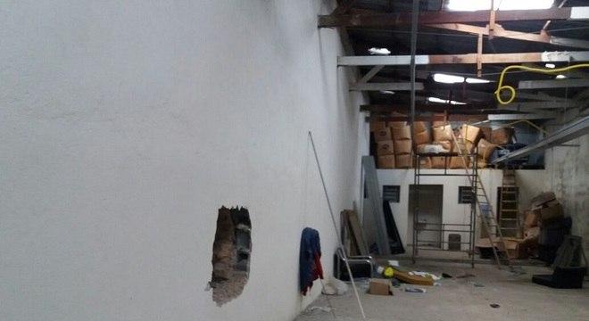 Suspeitos abriram buraco na parede para roubarem as roupas da loja
