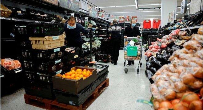 Com novo lockdown no Reino Unidos, lojas pediram que clientes não estoquem alimentos