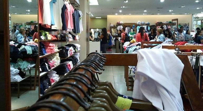 O varejo não essencial, como lojas de roupas, fechou 2020 com um rombo de R$ 32 bilhões