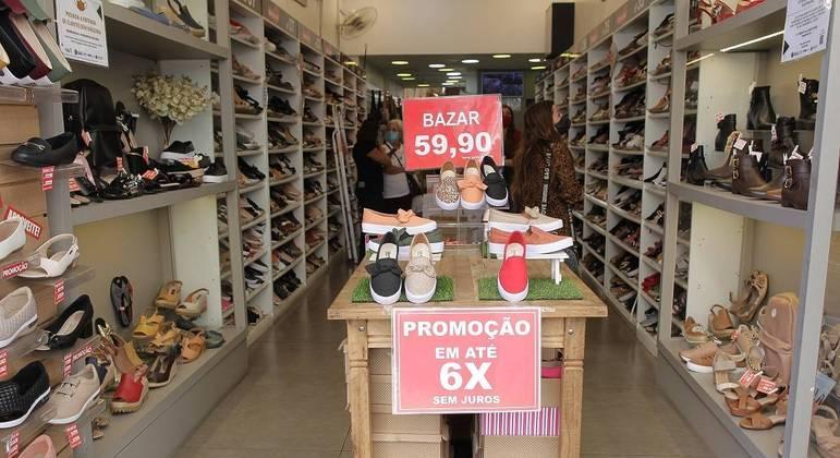 Lojas e shoppings funcionam em novo horário estendido no estado