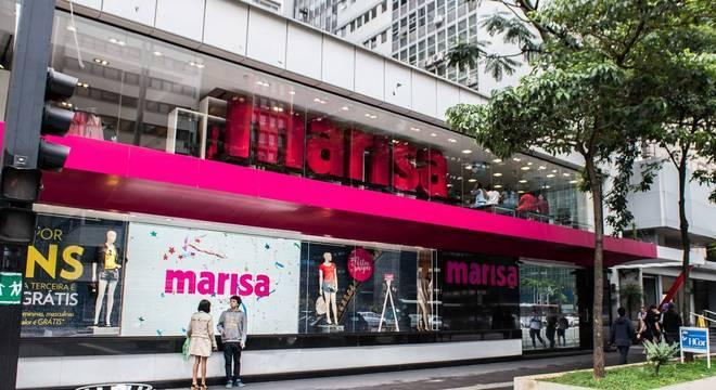 Lojas utilizam fachadas de vidro para exibir peças publicitárias