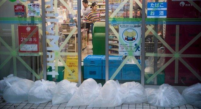 Lojas fizeram barricadas para proteger produtos