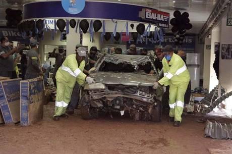 Funcionários tiram veículo de loja em São Carlos