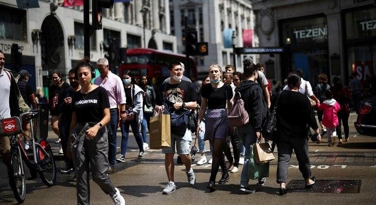 Movimentação em Londres; Inglaterra já tem mais da metade da população vacinada