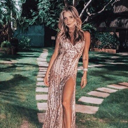 Flávia Viana não economizou em elegância. A apresentadora usou um vestido dourado, com muitos bardados e fenda