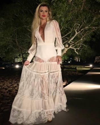 Mirella Santos, que está em Punta Del Este, Uruguai, ousou no decote com um vestido cheio de bordados inspirados em roupas indianas