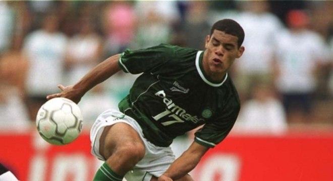Lopes chegou ao Palmeiras, em 2000, como grande promessa, mas no mesmo ano foi flagrado pelo uso de cocaína e foi suspenso. Retornou aos gramados apenas em 2001 e teve sua grande temporada, sendo artilheiro da Libertadores e um dos destaques do time na competição. Depois de deixar o Verdão no fim de 2002, acabou virando um andarilho da bola (Foto: Reginaldo Castro/Lancepress!)