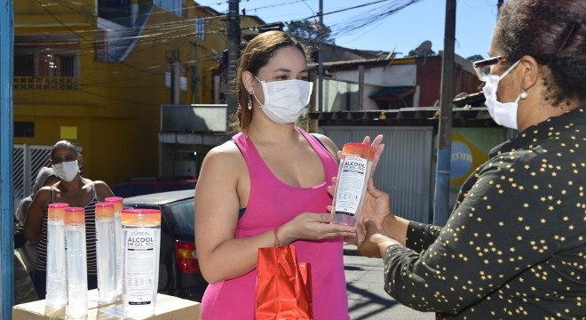 Cerca de 1.000 famílias receberam os produtos, para ajudar a combater a covid-19