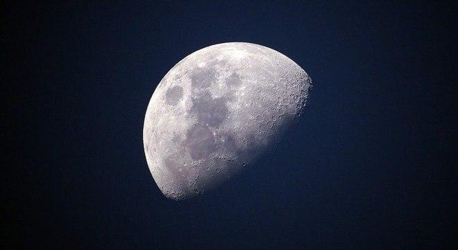 Astrônomos conseguem ver, mas não sabem explicar as luzes que piscam na Lua