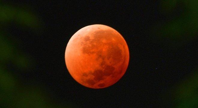 Eclipse lunar de 2014 deixou a lua 'laranja'