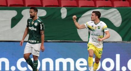Francisco Pizzini comemora gol do Defensa