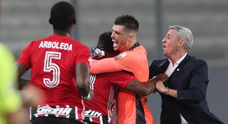Luan comemora com Volpi o gol que abriu caminho para a vitória do São Paulo