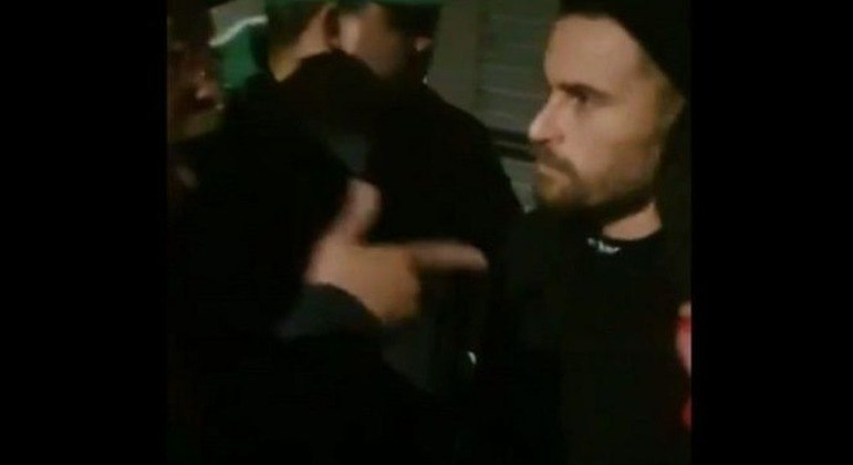 Lucas Lima é expulso de balada por torcedores. Está afastado e diretoria quer negociá-lo