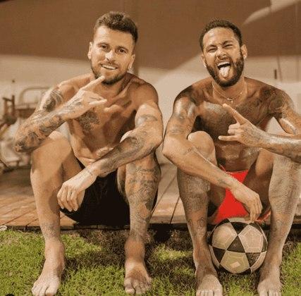 Lucas Lima ainda não sabe se será titular, mas, durante a quarentena, postou diversas fotos de treinos, seus looks, com os cachorros, videogame e com o amigo Neymar